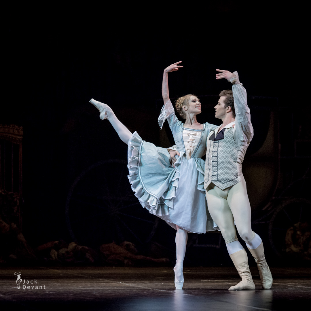 Tatiana Melnik as Manon and Alban Lendorf as Des Grieux in Manon