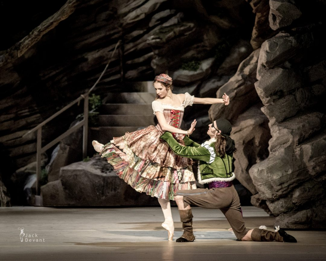 Daria Sukhorukova as Paquita and Cyril Pierre as Inigo in Paquita