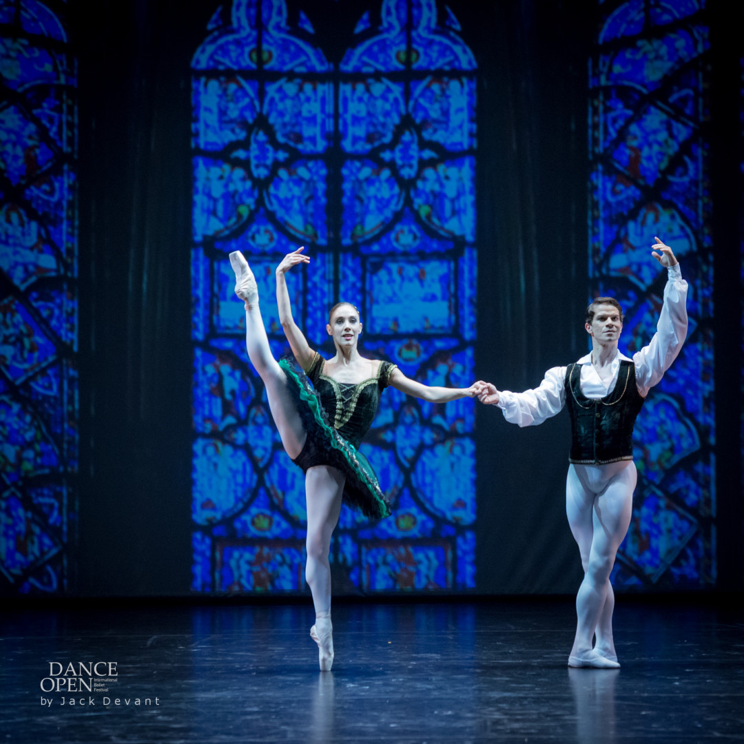 Yolanda Correa and Yoel Carreño in Esmeralda