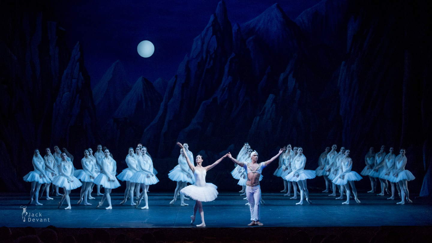Irina Perren and Ivan Vasiliev in La Bayadere bow