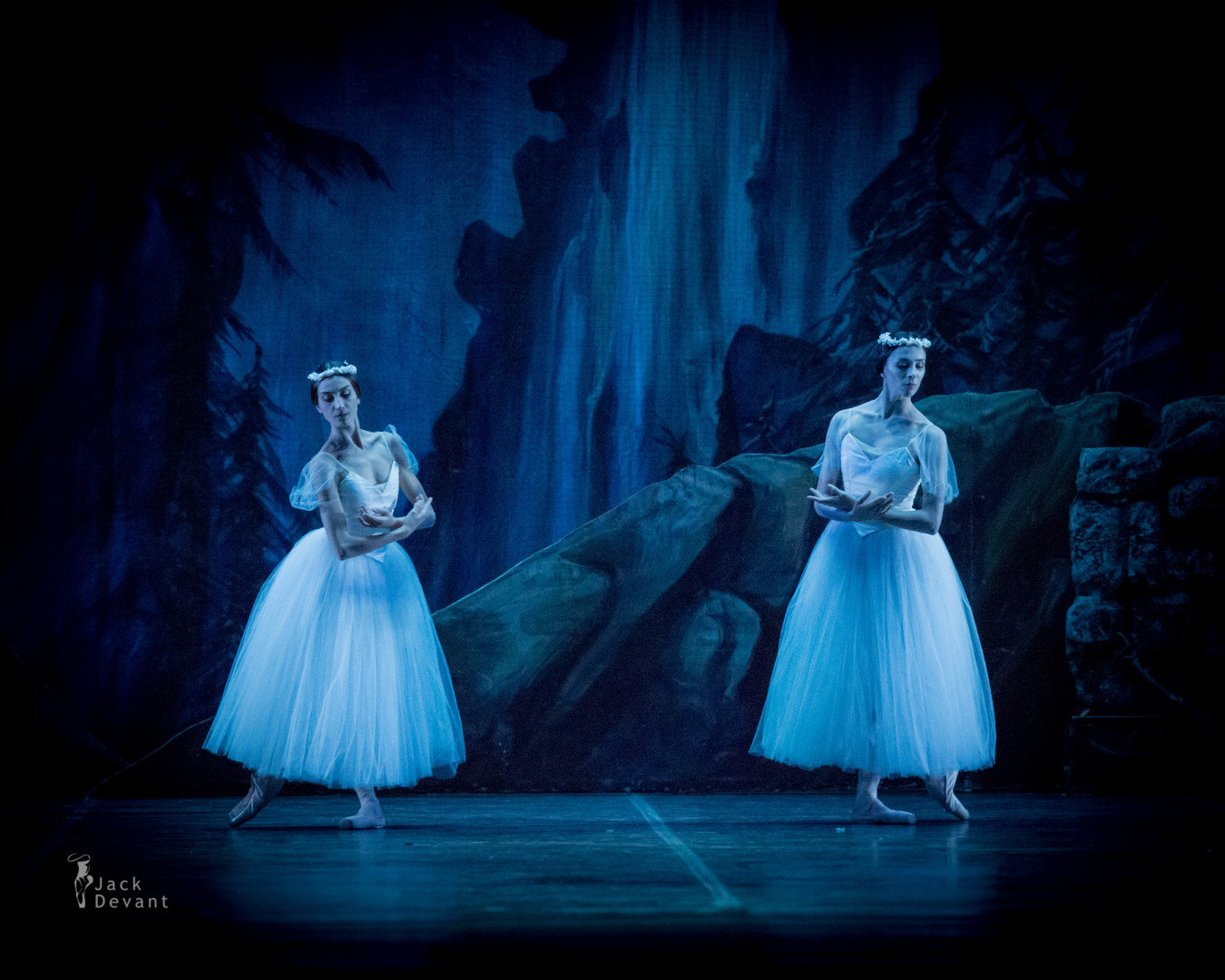 Annalina Nuzzo and Anna Chiara Amirante as Due Willi