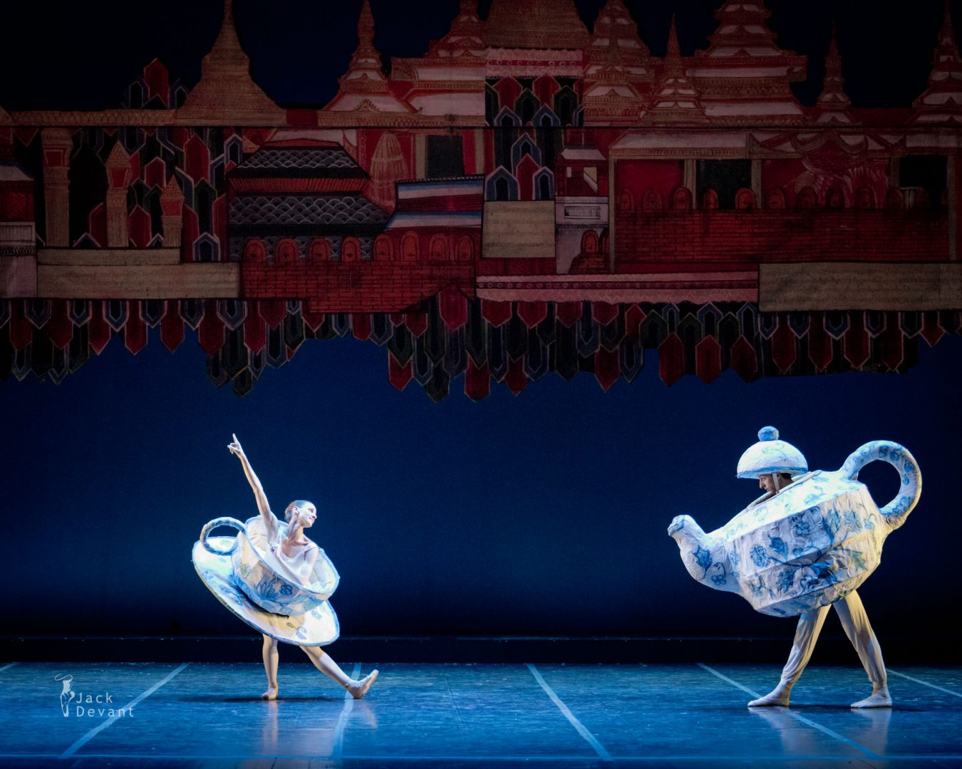 Sabrina Montanaro and Francesco De Stefano in Danza cinese in The Nutcracker (Schiaccianoci)