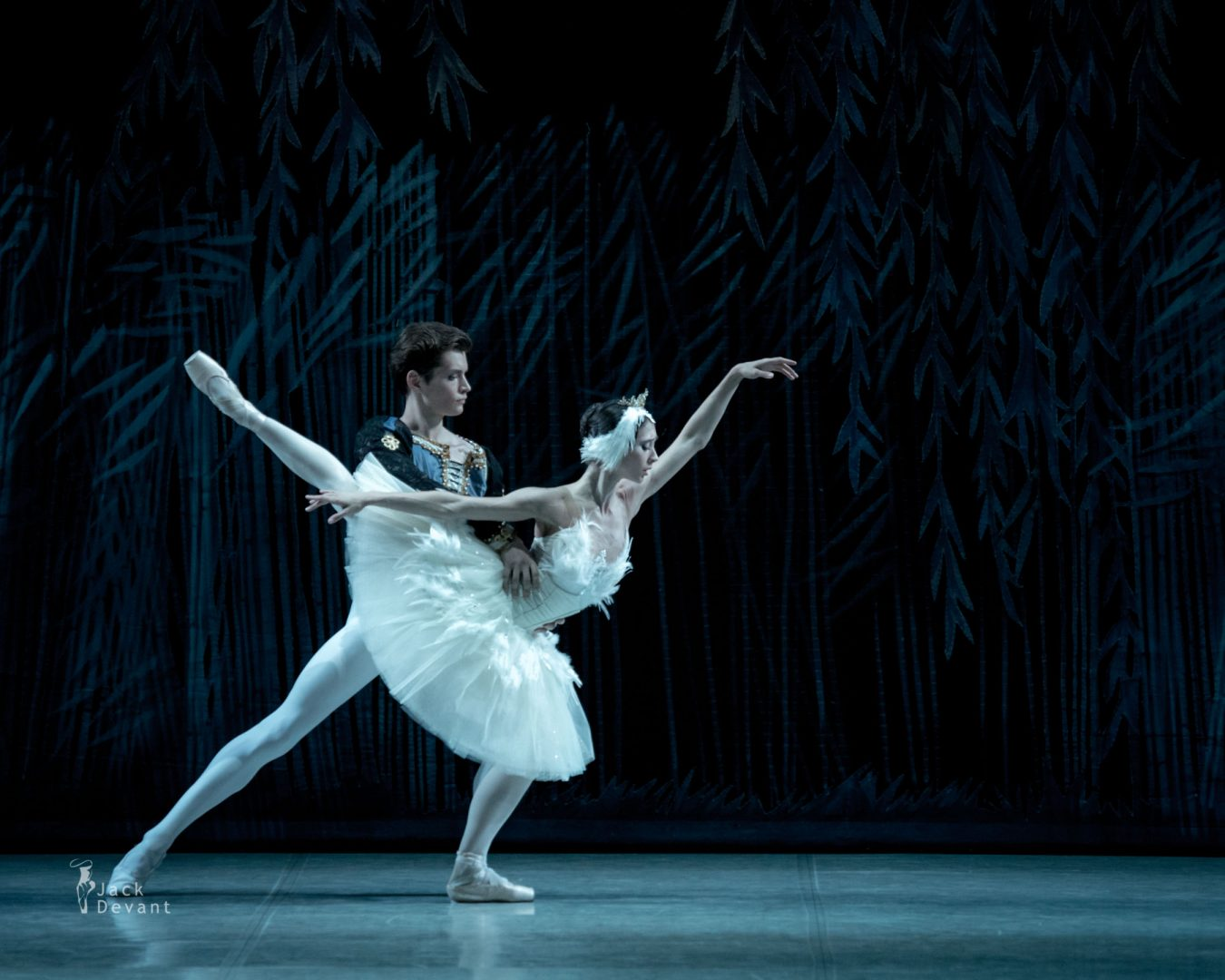 Polina Buldakova (Полина Булдакова) as Odette-Odile Oleg Kulikov (Олег Куликов) as Prince Ziegfried in Swan lake