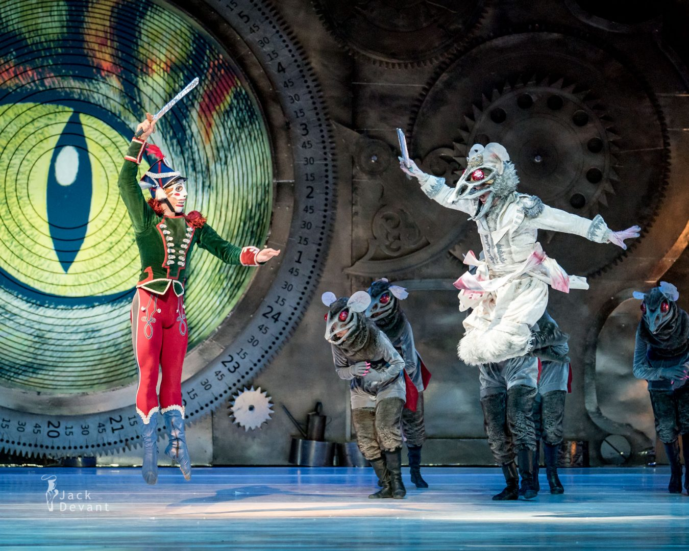 Pavel Koncewoj as the Nutcracker Kurusz Wojeński as the Mouse King