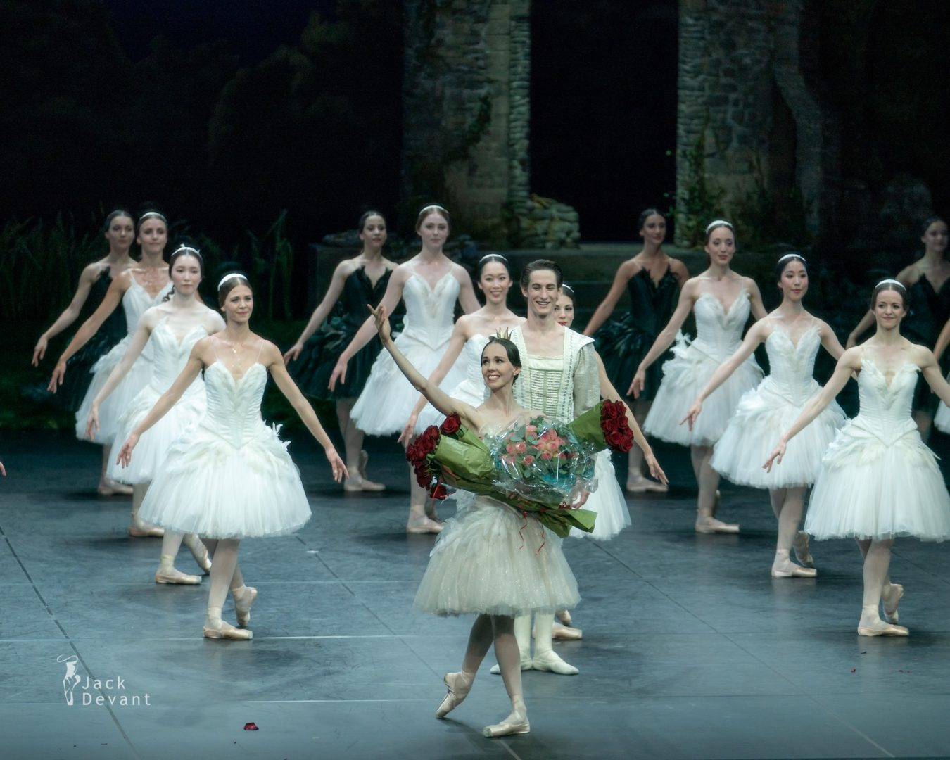 Viktorina Kapitonova and Alexander Jones in Swan Lake final bow 1