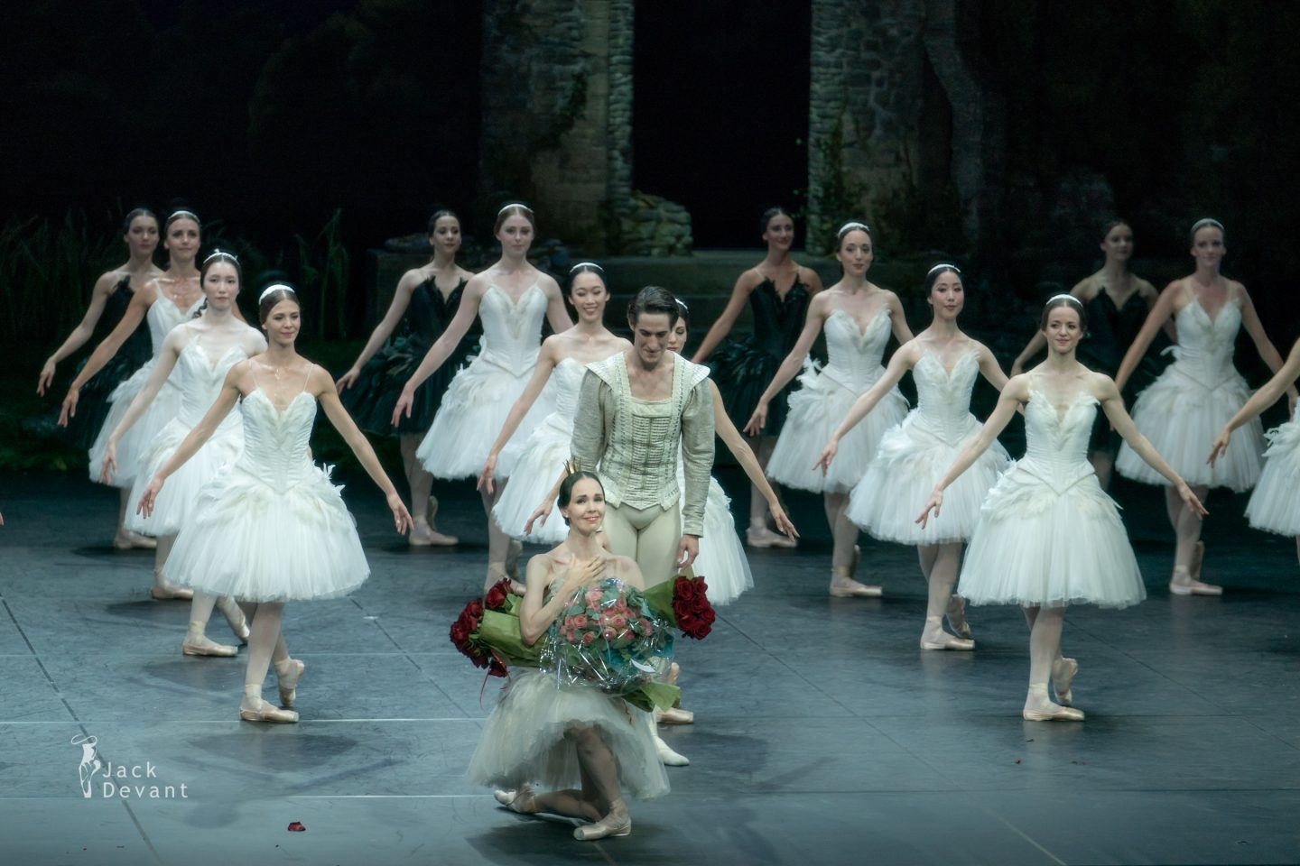 Viktorina Kapitonova last dance as Odette / Odile with Ballett Zürich last bow on her knee
