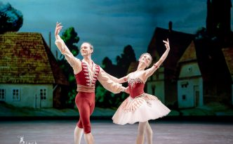 Evgenia Obraztsova and Vyacheslav Lopatin in Grand Pas from Coppelia
