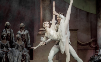 Alena Shkatula as princess Aurora and Denis Klimuk as prince Desiree in The Sleeping Beauty